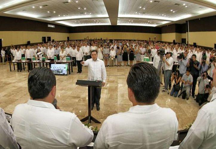 El Maestro Ángel Rivero Palomo rindió protesta como rector de la Universidad de Quintana Roo para el período 2015-2019. (Redacción/SIPSE)