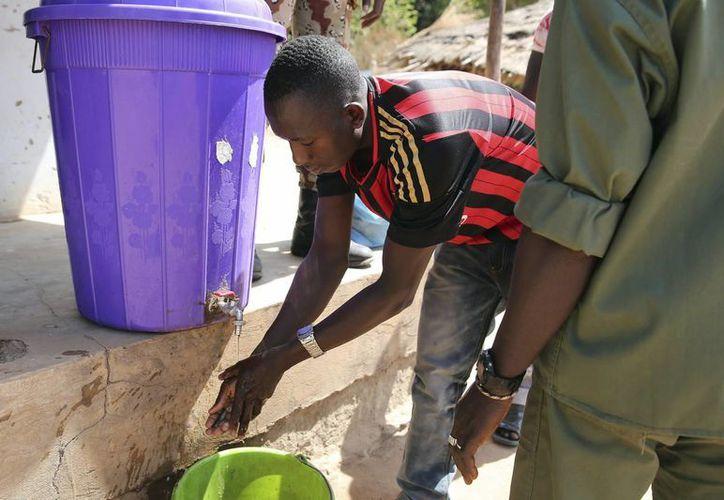 No existe cura ni vacuna para la enfermedad del ébola, la cual ocasiona sangrado interno y externo. (Archivo/EFE)