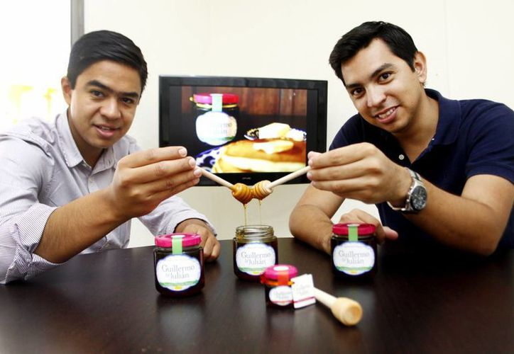 Andrés Peniche Calderón y Ranier Sandoval Padilla actualmente trabajan con más de 300 apicultores de la entidad. (Milenio Novedades)