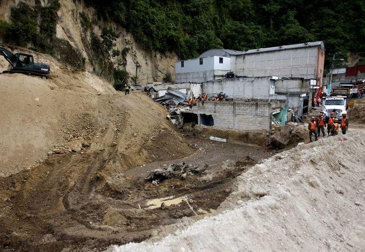 El deslizamiento se produjo por las lluvias de las últimas horas en Guatemala y al menos 20 personas permanecen sepultadas, según los trabajadores del lugar. (EFE)