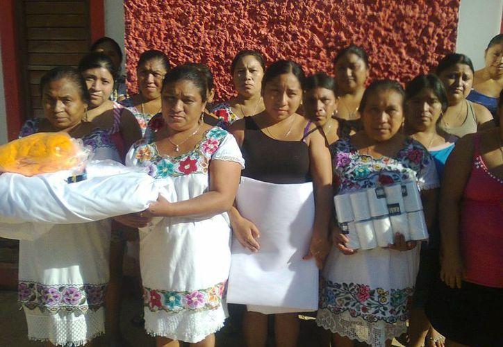 """Mujeres de la comunidad maya Kampocolché, elaborarán mil hipiles bordados con el tradicional """"Xoc bi Chuy"""" (hilo contado). (Manuel Salazar/SIPSE)"""