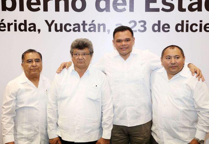 El gobernador Rolando Zapata con funcionarios de la construcción, sector que en 2016 creció un 23% en contraste con el promedio nacional. (Foto cortesía del Gobierno)