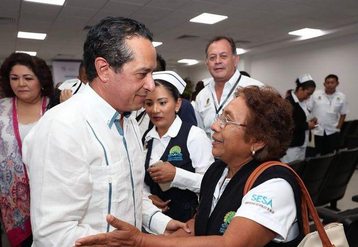 El gobernador Carlos Joaquín González encabezó la entrega a los trabajadores del sector Salud de nombramientos de base federal. (Redacción/SIPSE)