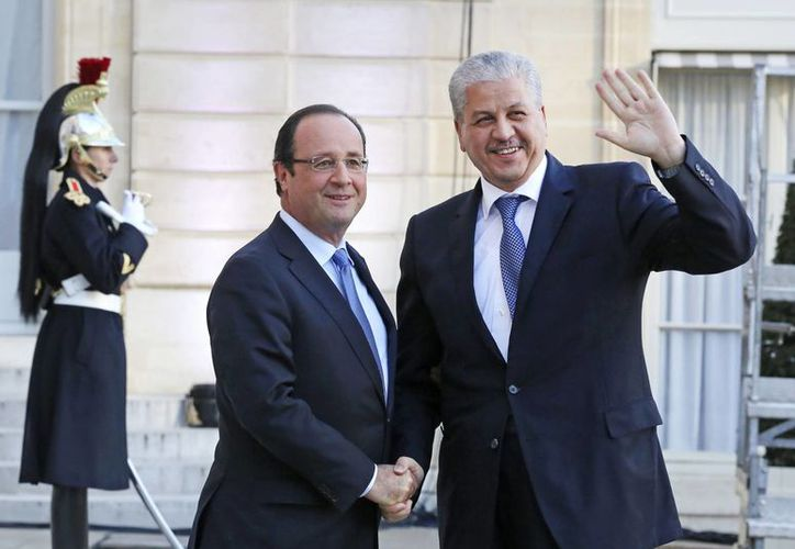 El presidente francés Francois Hollande (izq) estrecha la mano del primer ministro argelino Abdelmalek Sellal antes de su reunión en el Palacio del Eliseo en París. (Agencias)