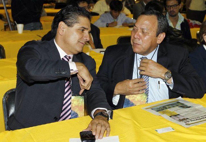 El diputado Silvano Aureoles con el presidente del PRD y del Consejo Rector del Pacto por México, Jesús Zambrano. (Notimex)