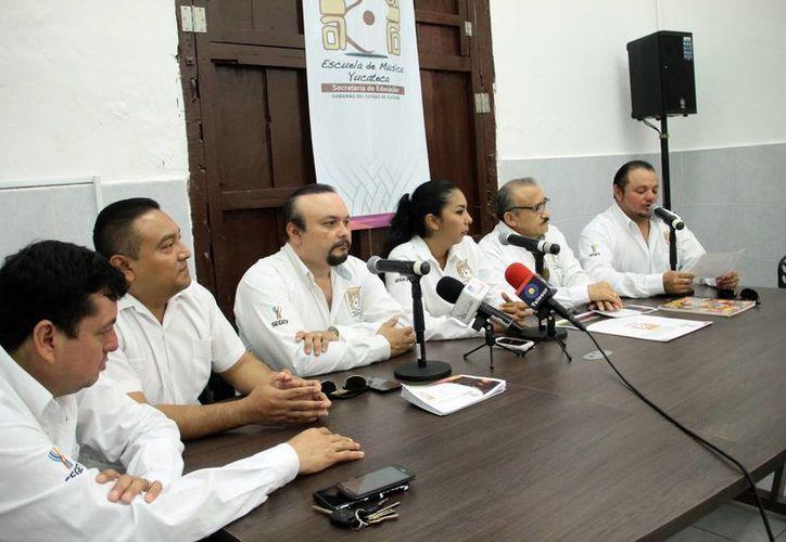 Imagen de la rueda de prensa donde se dieron los pormenores del curso sobre trova que se realizará en la Escuela de Música Yucateca. (Jorge Acosta/SIPSE)