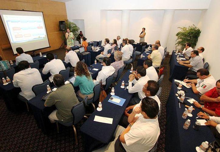"""Autoridades del ramo gubernamental así como de asociaciones tanto turísticas como ecológicas participaron en el taller """"Planeación Participativa para la Innovación y Diversificación del Producto Turístico"""".  (Redacción/SIPSE)"""