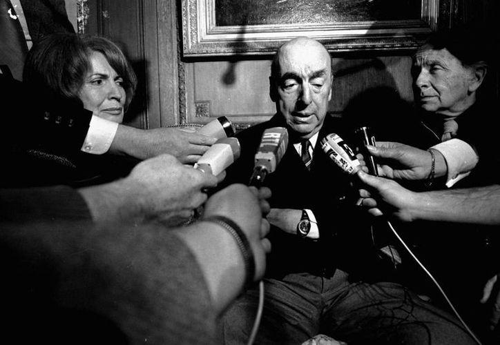 Neruda habla con reporteros tras ser nombrado ganador del Nobel de Literatura, en octubre de 1971. (Agencias)