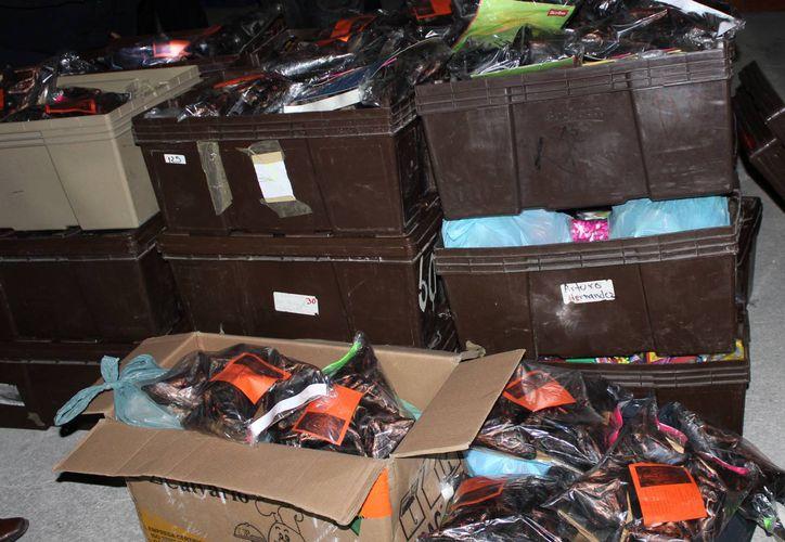 La mercancía incautada en el tianguis ubicado en el fraccionamiento Villas Otoch Paraíso y en una bodega de la Supermanzana 42, quedó a disposición de las autoridades correspondientes. (Sergio Orozco/SIPSE)