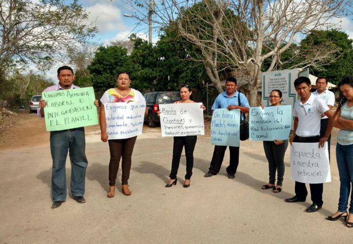 Los docentes por dos horas se manifestaron enfrente del plantel para exigir a las autoridades tomar cartas en el asunto.