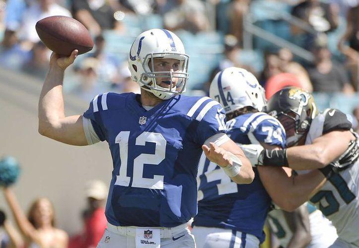 El quarterback Andrew Luck (12) de los Colts de Indianápolis lanza un pase ante los Jaguars de Jacksonville Jaguars. (AP Foto/Phelan M. Ebenhack)