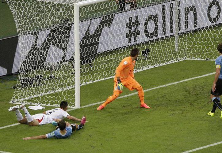 El tico Oscar Duarte (de blanco) se dispone a celebrar el gol que metió ante Uruguay en el Mundial de Brasil. (Foto: AP)