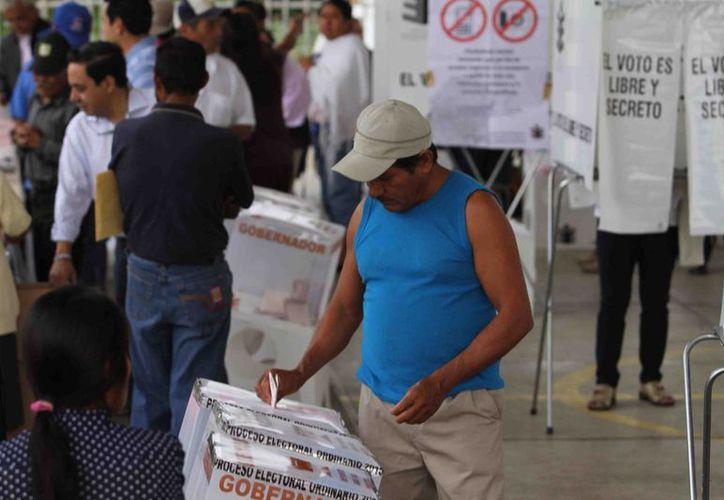 En Oaxaca, 112 personas han sido detenidas por la SSP cerca de las casillas electorales. Algunos con el rostro cubierto y portando palos y piedras. (Notimex)