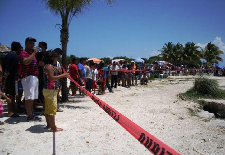 Cientos de personas que disfrutaban de la playa de Punta Esmeralda miraban atentos el lamentable hecho. (Octavio Martínez/SIPSE)