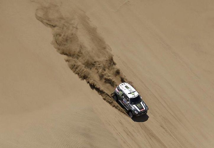 El piloto Stephane Peterhansel y su co-piloto Jean Paul Cottret durante un recorrido en el Rally Dakar. (Agencias)
