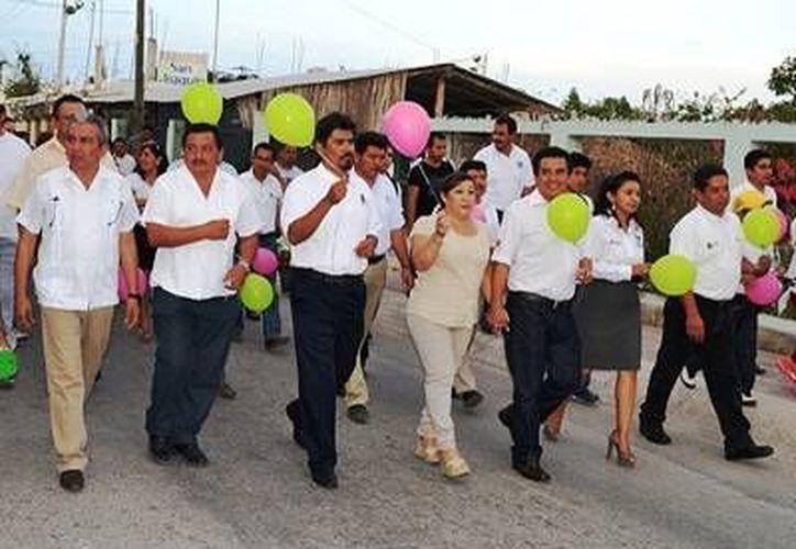 Decenas de bacalarenses acudieron a la marcha, organizada por el Concejo municipal. (Redacción/SIPSE)