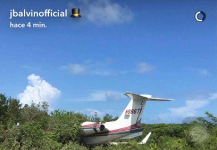 J.Balvin publicó en su Snapchat un video cuando se alejaba del avión donde viajaba y se estrelló en unos matorrales en Bahamas. (Agencias)