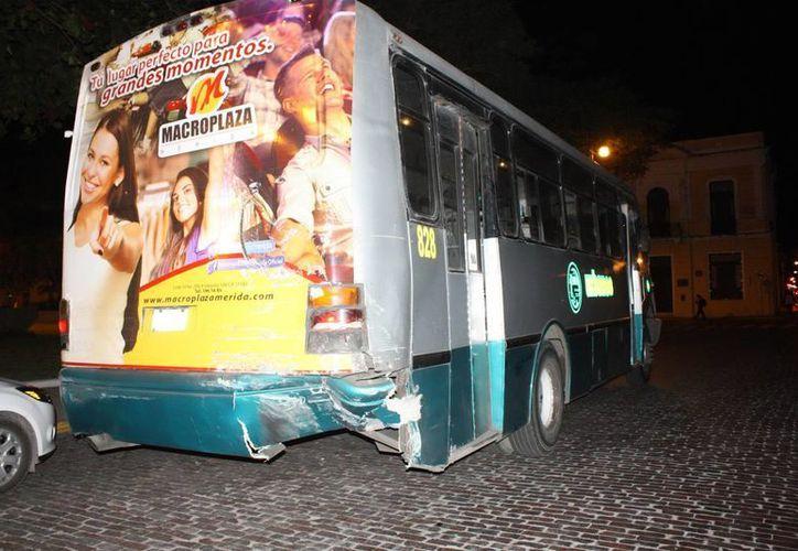 Al parecer, una falla mecánica provocó que el camión que venía detrás chocara contra otro que estaba adelante. (SIPSE)