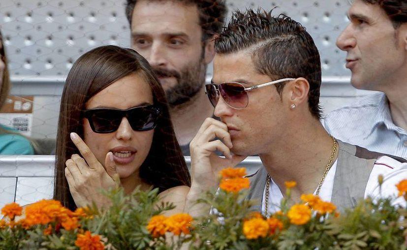 Cristiano Ronaldo (d), junto a su novia, la modelo Irina Shayk (i). (EFE/Archivo)