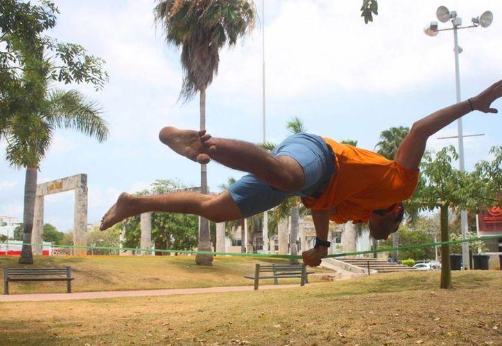 El 'Trickline' son ejercicios de equilibrio y acrobacias sobre una cuerda. (Daniel Pacheco/SIPSE)