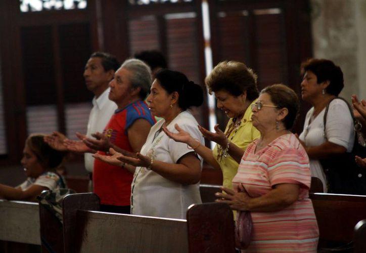 El padre Jorge Herrera exhorta a hacer oración este tiempo cuaresmal. (José Acosta/SIPSE)
