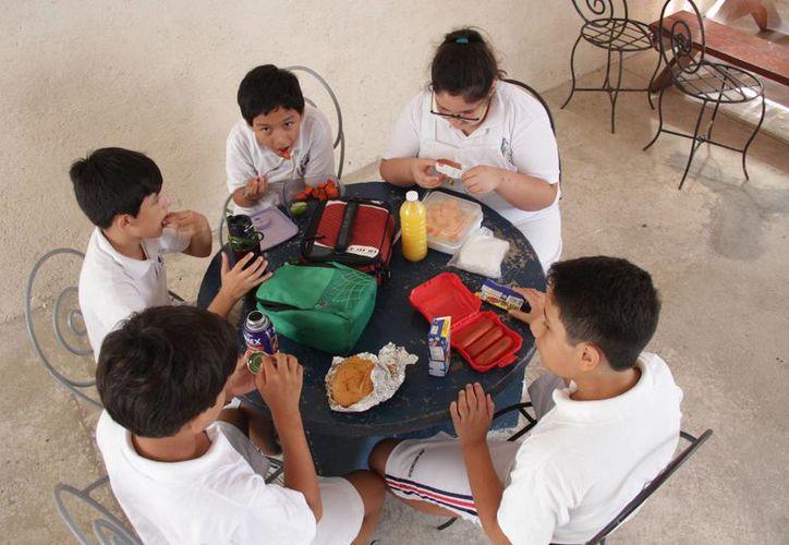 Los niños salen a hacer educación física y también comparten la comida. (Consuelo Javier/SIPSE)