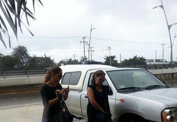 Lisa Cortésy Elisa Meza al llegar a la funeraria. (Adrián Barreto/SIPSE)