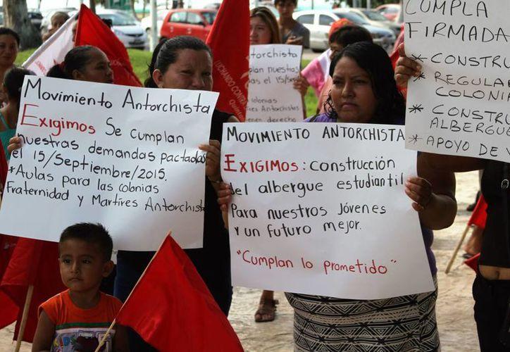 Los antorchistas empezaron a reunirse frente a Palacio de Gobierno. (Carlos Horta/ SIPSE)