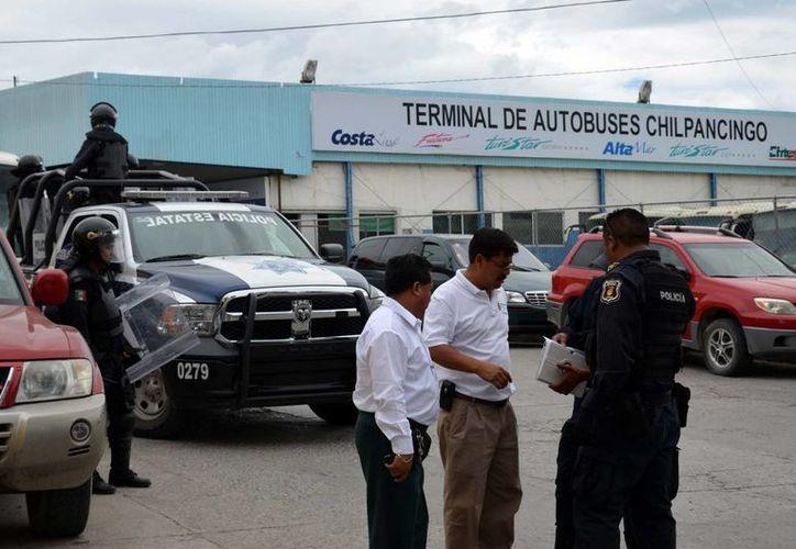 Los normalistas exigen aclarar la muerte de tres estudiantes de la Normal Rural de Ayotzinapa, ocurrida el sábado a manos de policías de Iguala. (Notimex)