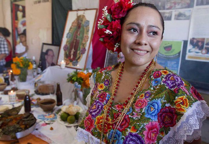 Diversas escuelas, centros de trabajo y particulares ya comenzaron con la conmemoración del Día de Muertos o Hanal Pixán, en la capital yucateca. (Notimex)