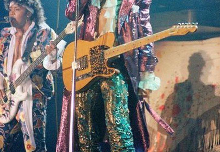 Prince falleció el pasado 21 de abril. En eBay, alguien puso en 'oferta' un frasco de agua de lluvia que supuestamente fue recolectada el día de la muerte del cantante. (AP/Archivo)