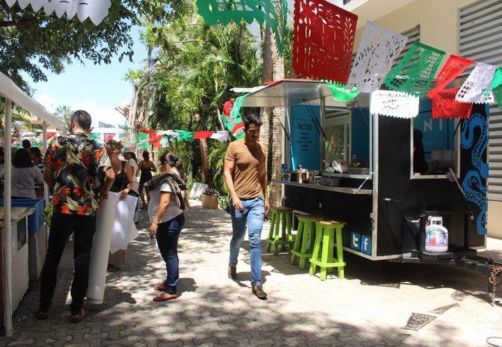 El tianguis con motivo de las fiestas patrias se instaló a un lado de la plaza Quinta Alegría. Hubo venta y muestras de diversos productos, como elotes y platillos de alta cocina, además de escama fresca. (Luis Ballesteros/SIPSE)