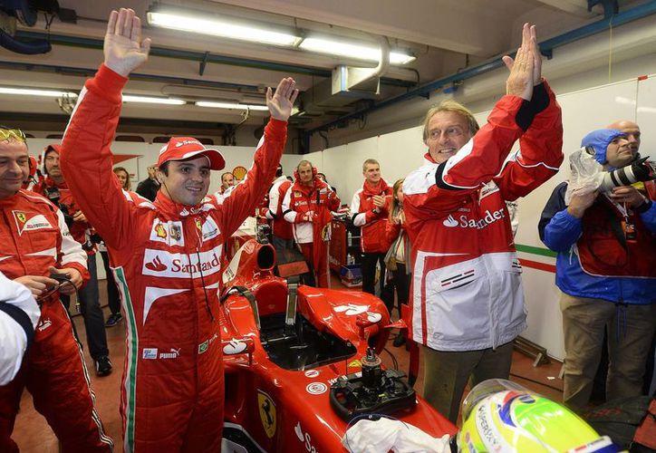Massa es vitoreado y aplaudido por el presidente de Ferrari, Luca Cordero. (Foto de archivo)