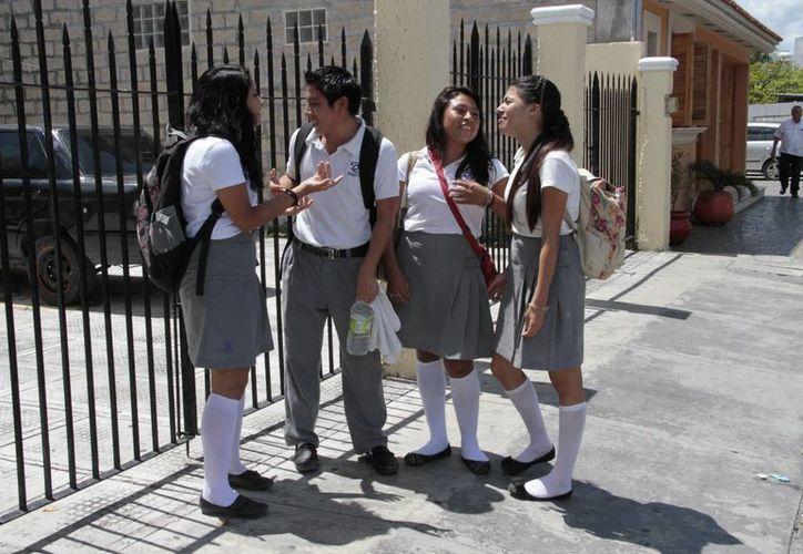 La fecha límite para que los jóvenes tramiten su credencial es en junio del 2015. (Tomás Álvarez/SIPSE)