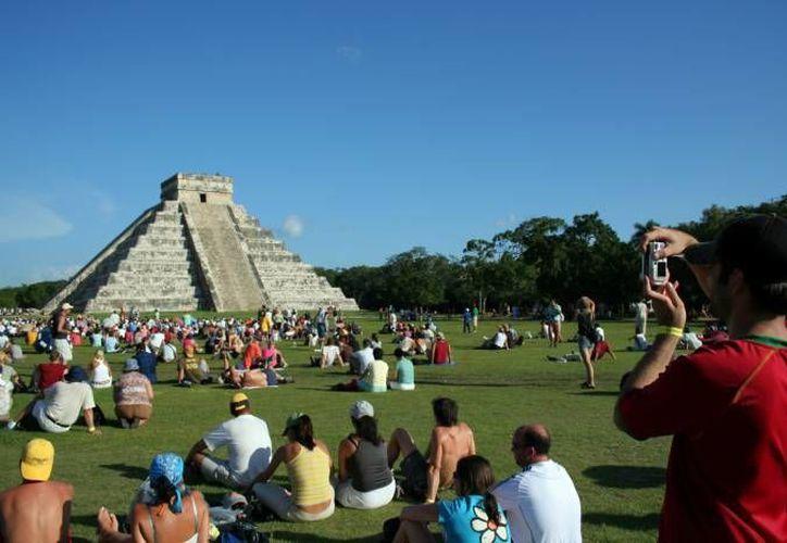 La zona de Chichén Itzá registró más de dos millones de visitas. En diciembre pasado se recibió hasta 12 mil personas por día. Imagen del Castillo de Kukulcán. (Milenio Novedades)