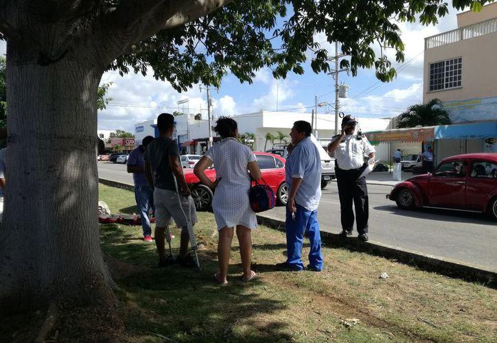 Elementos de la Policía Municipal arribaron a la zona para deslindar responsabilidades. (Foto: Redacción)