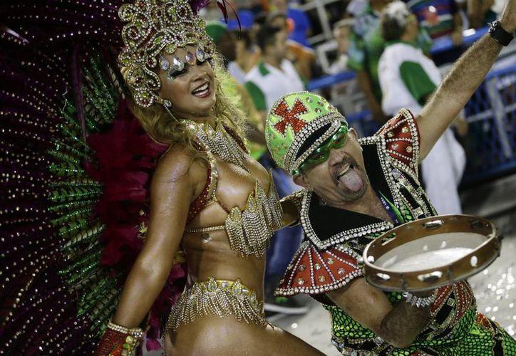 Actuación de integrantes de la escuela de samba Mocidade Independente de Padre Miguel. (AP)