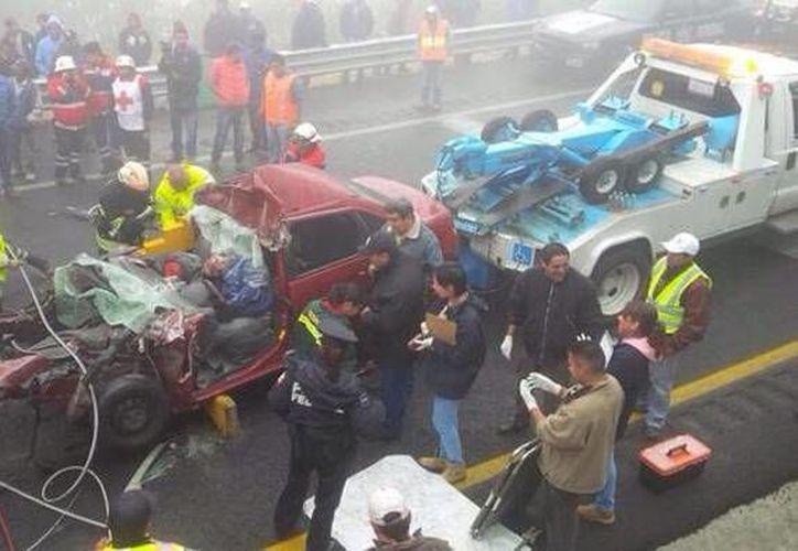 El mortal accidente en la México-Puebla, que dejó como saldo 3 muertos y 15 heridos, provocó el cierre por más de cinco horas de la arteria. (Twitter @TribunaVigila)