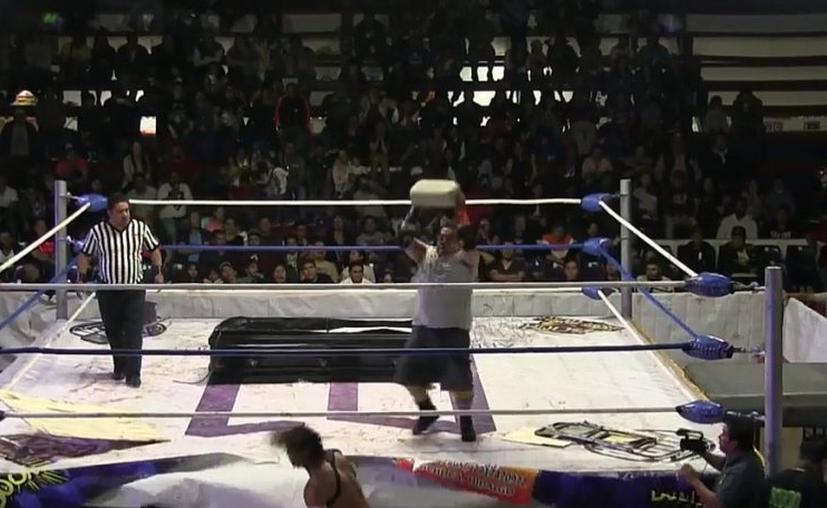 El gladiador mexicano Héctor Pérez, conocido como Ángel o Demonio,  puso en peligro la vida de su rival. (Twitter)
