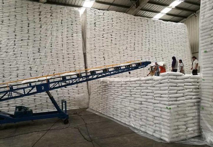 La mayor parte del azúcar se almacena en tanto se determina a dónde se enviará. (Daniel Tejada/SIPSE)