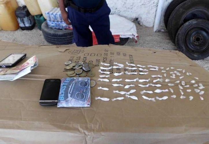 Dentro de sus pertenencias les encontraron una piedra de crack y 70 dosis de cocaína. (Manuel Salazar/SIPSE)