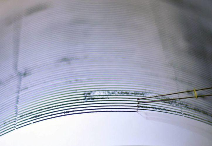 """EFE LA HABANA, Cuba.- Cuba reportó cinco mil 053 terremotos a lo largo del año 2015, según un informe de esos fenómenos realizado por el Centro Nacional de Investigaciones Sismológicas (Cenais) de la isla, que divulgan este jueves medios locales.  De ese total, 17 temblores fueron perceptibles y la mayor incidencia ocurrió al sur de la región oriental de Cuba, en la zona límite de placas tectónicas, como consecuencia del movimiento de la falla Oriente, indicó el estudio de los especialistas del Cenais.  Asimismo señaló que los sismos disminuyeron en algunas de las zonas examinadas, en otras aumentó en comparación con el año 2014, y consideró significativo el temblor de tierra de 4.2 de magnitud en la escala de Richter ocurrido en enero del pasado año al sur de la localidad de Jagüey Grande, en la provincia occidental de Matanzas.  Ese evento fue el terremoto de """"mayor magnitud"""" registrado durante el año recién concluido en Cuba, donde también resultó particular la actividad sísmica reportada en la zona de Sibanicú-Cascorro, con dos series de sacudidas los días 1 y 17 de marzo con más de 200 cada una.  Pocos se sintieron   También hubo movimientos telúricos perceptibles y sucesivos en localidades del centro este de la provincia oriental Camagüey y en la zona de Santiago de Cuba y el parque Baconao, en donde se detectaron 89 temblores el 25 de septiembre.  La ciudad Santiago de Cuba, situada a unos 967 kilómetros al oriente de La Habana, donde radica la sede del Cenais, suele ser la más susceptible a estos eventos que tradicionalmente no registran víctimas ni daños materiales.  En 2014 la red sismológica cubana registró cinco mil 799 temblores de tierra y de ellos, solo fueron perceptibles 20, lo que de acuerdo con especialistas, corresponde al comportamiento habitual, que va de esa cifra a 30 o más de 40 anualmente."""
