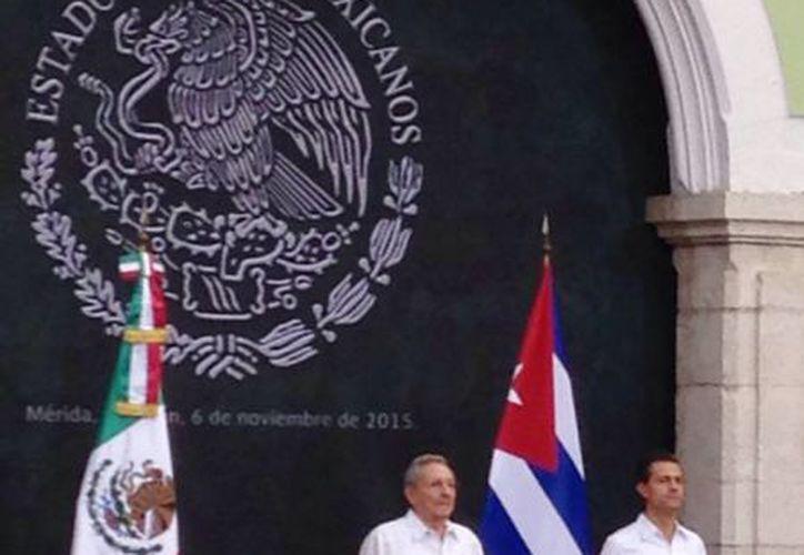 Imagen de la bienvenida del presidente de Cuba, Raúl Castro Ruz, en el Palacio de Gobierno de Yucatán, por parte de su homólogo  Enrique Peña Nieto. (Israel Cárdenas/SIPSE)