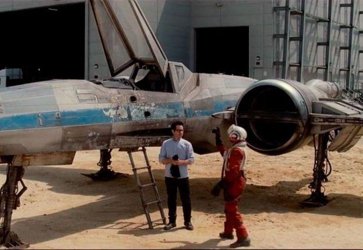En el video en donde el director J. J. Abrams invita a los fans de la saga a donar, aparece junto a una nave espacial X-Wing Starfighter, una de las recuperadas de la trilogía original de la franquicia. (YouTube)
