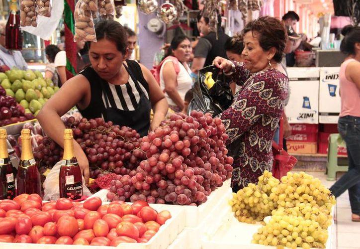 El precio de la uva con semilla ronda en los 80 pesos por kilo en los mercados de Mérida. (Jorge Acosta/ Milenio Novedades)