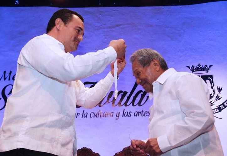 El alcalde Renán Barrera Concha entrega la medalla 'Silvio Zavala' al compositor yucateco Armando Manzanero Canché. (SIPSE)