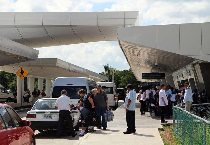 Muchos transportistas ilegales convencen a los turistas de que su transporte se ha ido para ofrecerles este servicio. (Alejandro García/SIPSE)