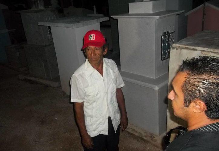Don Manuel, el velador del cementerio de Chicxulub Pueblo, nos explica los fenómenos paranormales que allí ocurren. (Fotos: Jorge Moreno/SIPSE)
