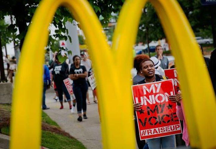 Trabajadores de McDonald's aseguran que la cadena ejerce una 'discriminación flagrante' sobre ellos. (AP)