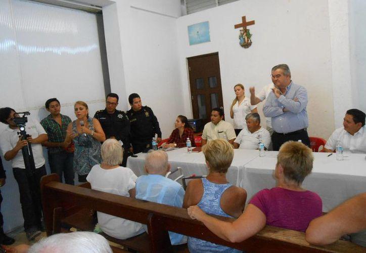 El jefe del Despacho del Gobernador, Erick Rubio, en el encuentro con la comunidad extranjera. (Manuel Pool/SIPSE)